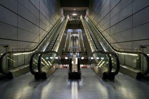 De ce se mişcă mai repede scara rulantă, decât balustrada?