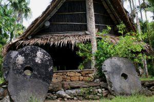 Insula, unde se plăteşte în pietre uriaşe