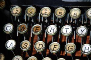 De ce literele tastaturii nu se află în ordine alfabetică?