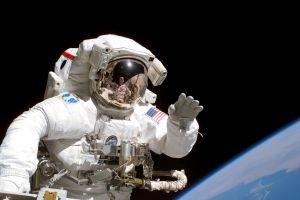 Poate supravieţui un om în spaţiul cosmic fără costum de astronaut?