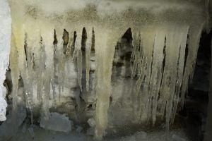 O peşteră misterioasă care produce gheaţă numai vara