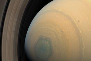 Furtuna hexagonală de pe Saturn îşi schimbă culoarea