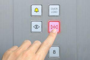 Butoanele de închidere a uşilor liftului nu fac absolut nimic