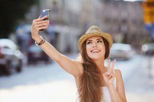 Hoţii pot fura amprentele direct din selfie-uri