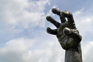 Mâinile uriaşe care se ascund prin lume