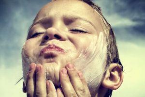 Cum ne protejează substanţele chimice din crema pentru protecţie solară?