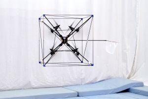 Această dronă Omnicopter poate prinde mingea