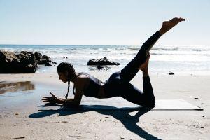 Colanţi inteligenţi care corectează poziţiile imperfecte de yoga