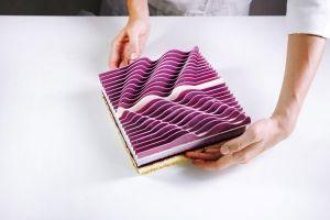 Prăjiturile sculpturale cioplite din foi de ciocolată