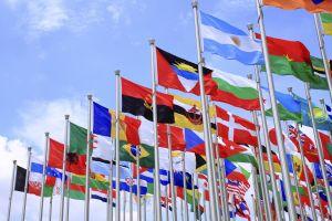Motivul pentru care nu vedem aproape niciodată culoarea purpurie pe steagurile naţionale