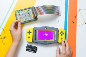Consola portabilă de jocuri care învaţă copiii limbajul programării